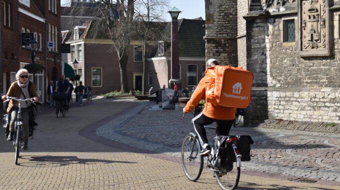 Alkmaar binnenstad fietser thuisbezorgd koorstraat