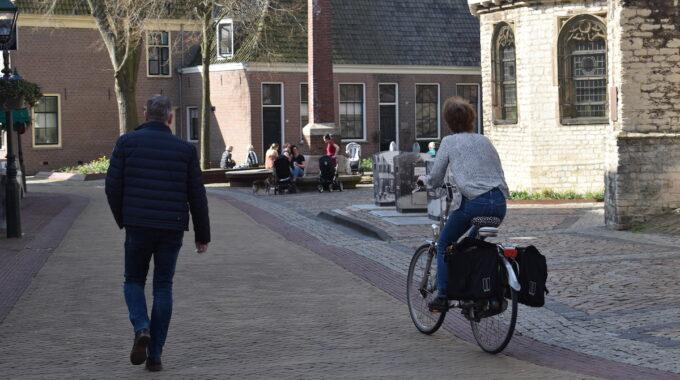 Alkmaar binnenstad fietser wandelaar koorstraat centrum genieten zon