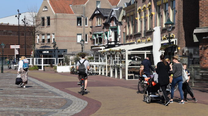 Alkmaar fietser wandelwagen kerkplein hofman centrum horeca kroeg terras binnenstad plein