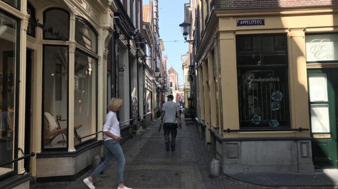 Appelsteeg fnidsen alkmaar binnenstad oude stad centrum winkelen shoppen winkelstraat winkelgebied steeg