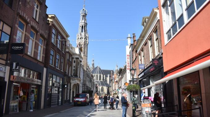 Langestraat binnenstad winkelgebied alkmaar winkelen laden en lossen shoppen winkelen winkelstraat sint laurenskerk