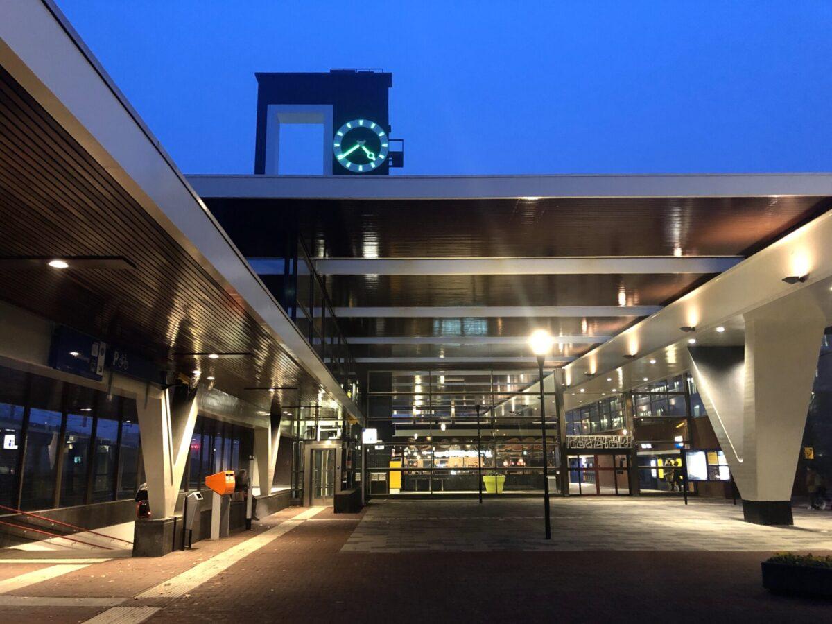 Station Almelo in het donker