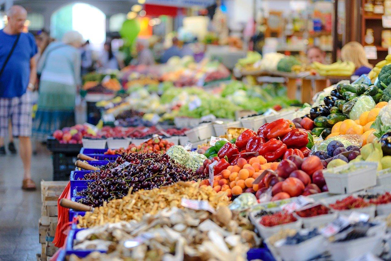 Marktkraam groenten en fruit