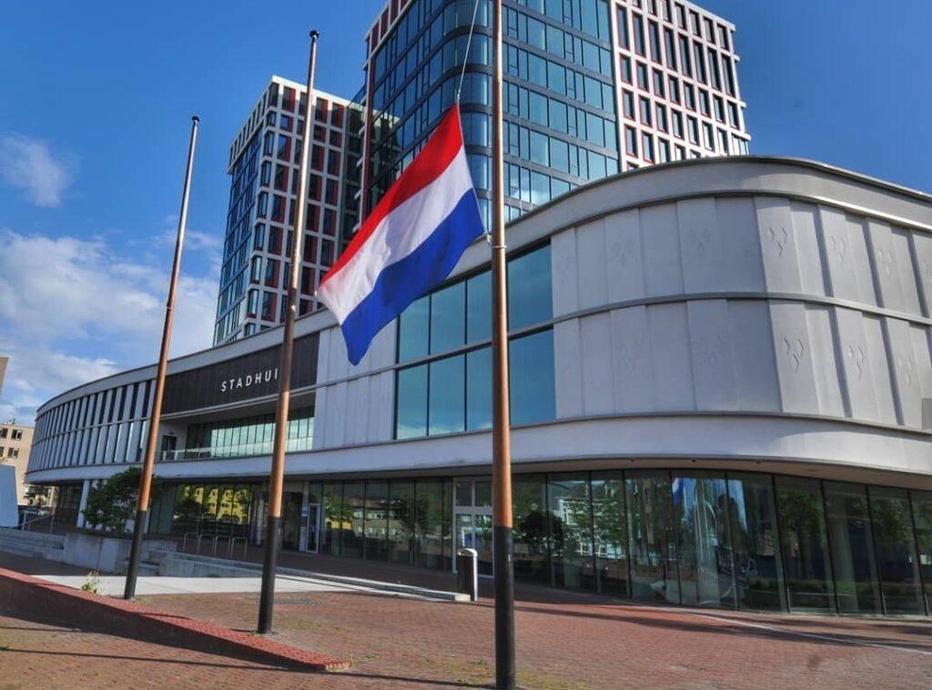 Vlag halfstok stadhuis Almelo