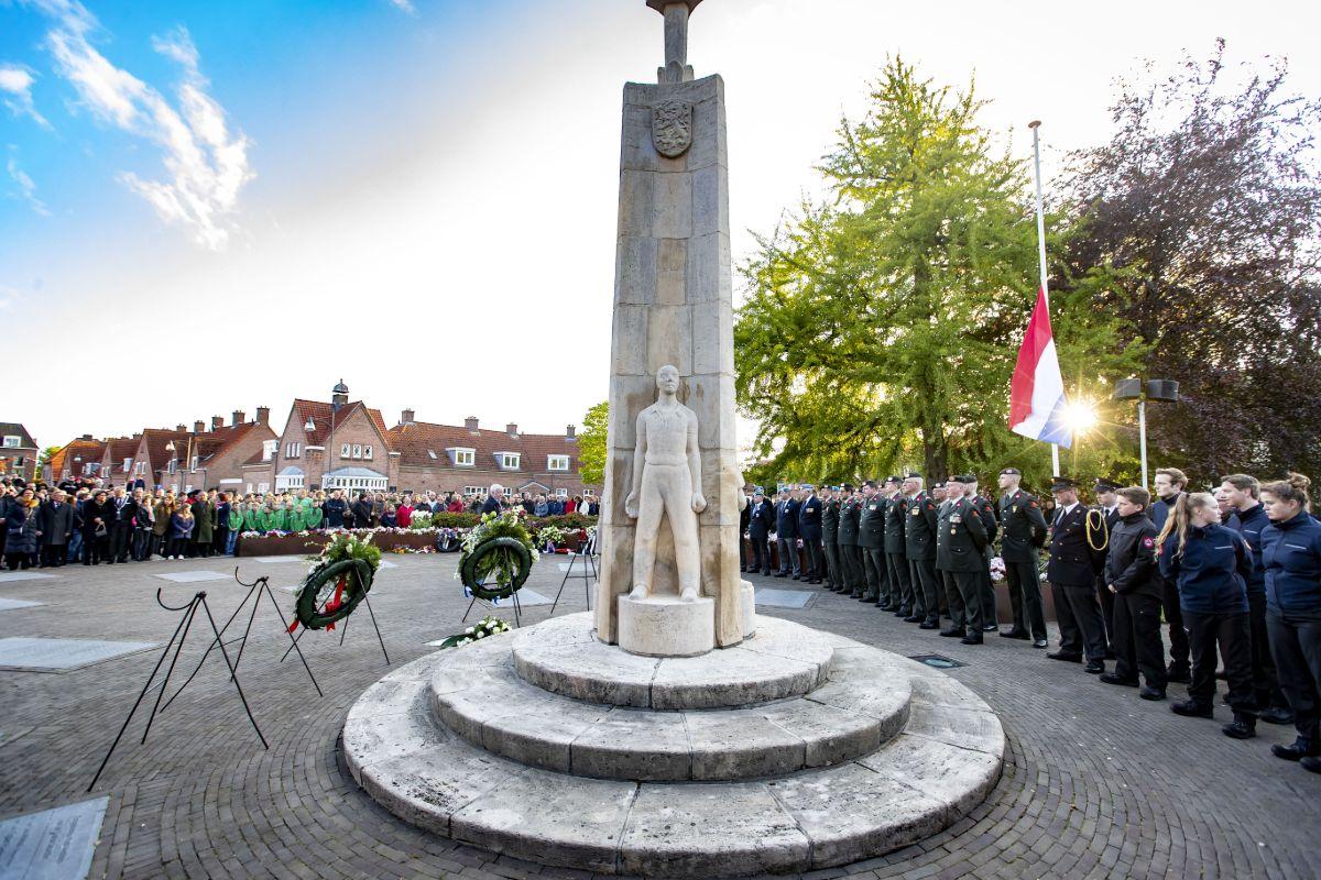 Herdenking 4 mei op Van Donkelaarplein Almelo