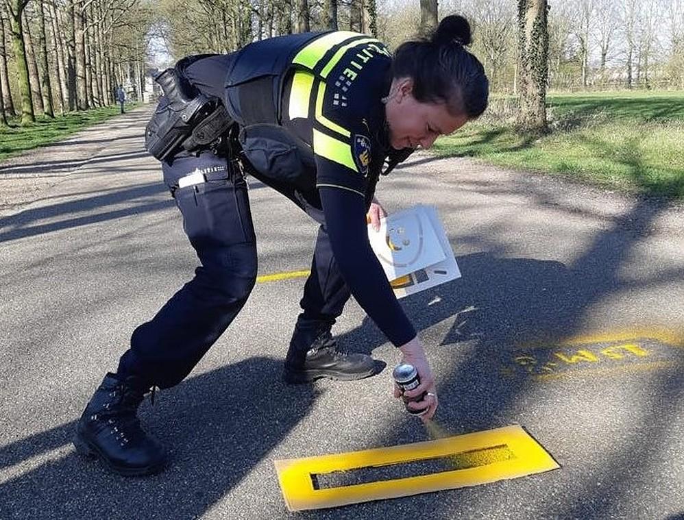 Agent spuit anderhalve meter op straat