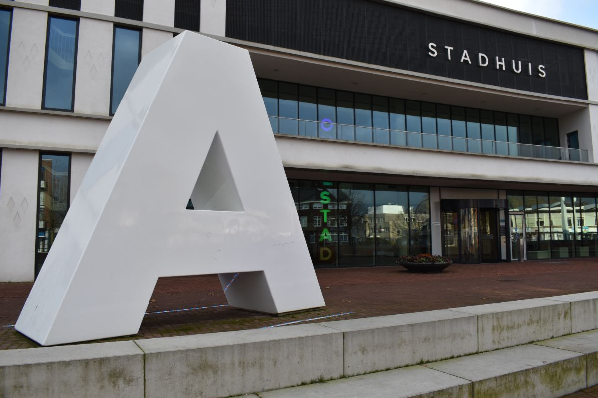 De A van Almelo bij het stadhuis