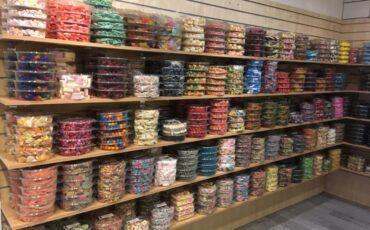 Wand vol snoepbakken bij Candy-Family
