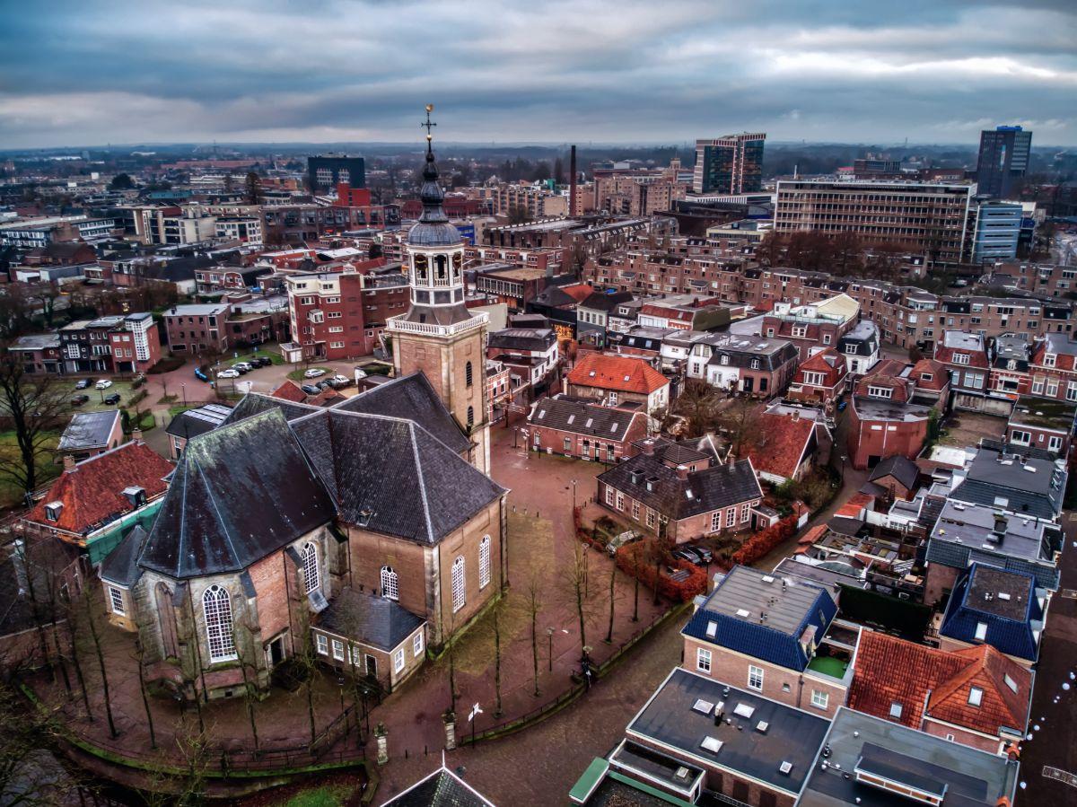 Luchtfoto van binnenstad Almelo met Grote Kerk
