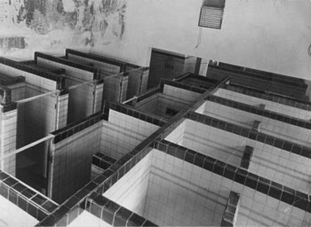 De douchecabines in oude badhuis Almelo
