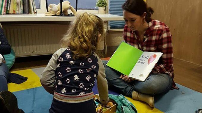 Voorlezen uit kinderboek in Almelo