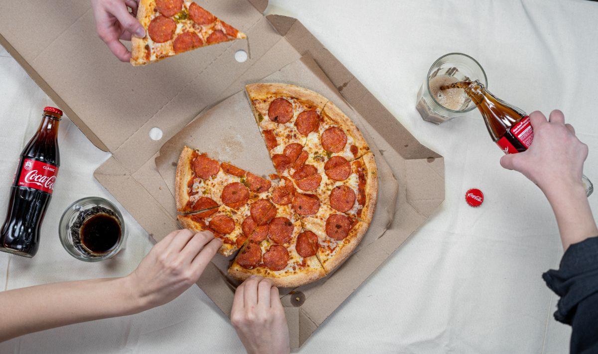 Pizza in een kartonnen doos