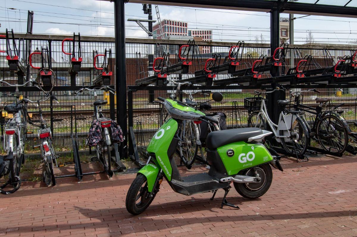 Last van foutgeparkeerde deelscooters? Dit kun je er tegen doen - indebuurt