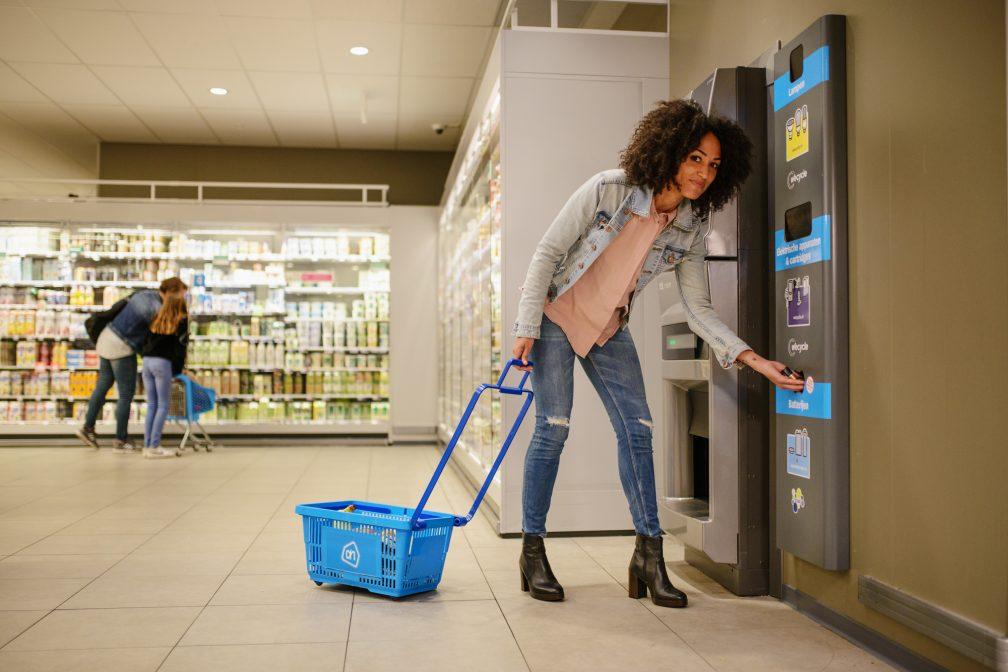 Lege batterijen inleveren in de supermarkt in Almelo. Foto: STIBAT