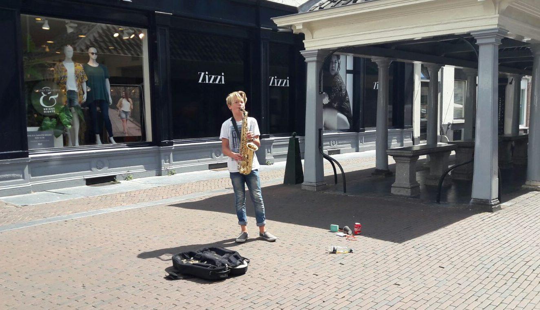 Niek speelt saxofoon op de Langestraat