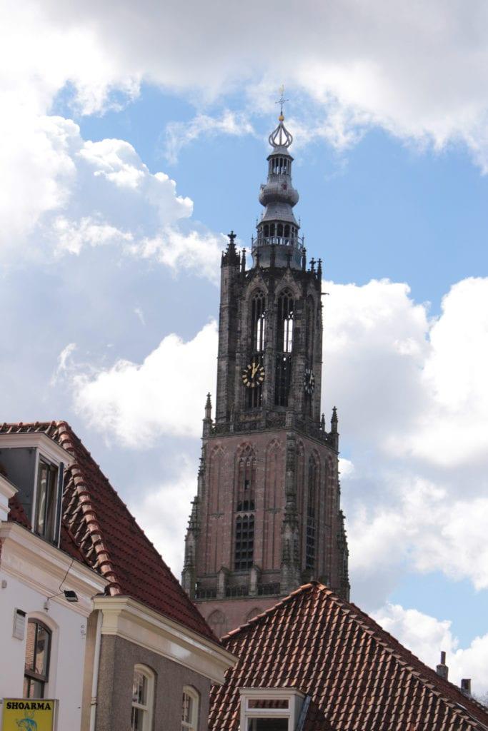waarom slaat de toren zowel op het hele als halve uur even vaak?