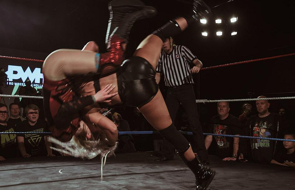 Vrouwen in actie tijdens een worstelshow. Beeld: Anna Smakman