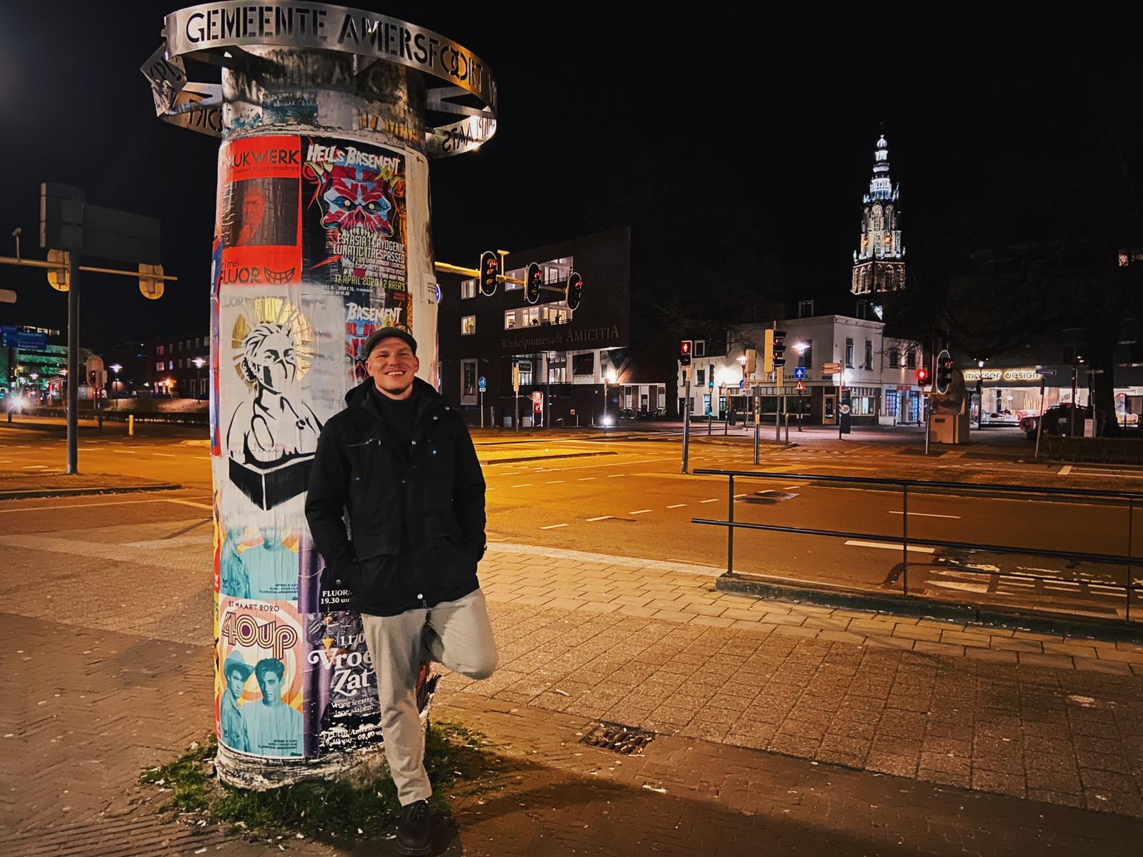 Frank Hoogendoorn naast één van zijn kunstwerken