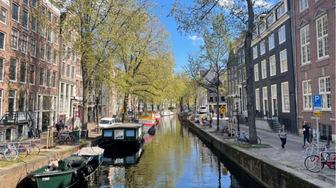 Straatbeeld Amsterdam Centrum Grachten Lente