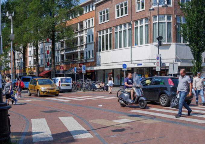 eerste van swindenstraat dapperbuurt amsterdam oost voetganger fietser auto zebrapad scooter verkeer