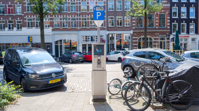 eerste van swindenstraat dapperbuurt amsterdam oost auto fiets parkeermeter