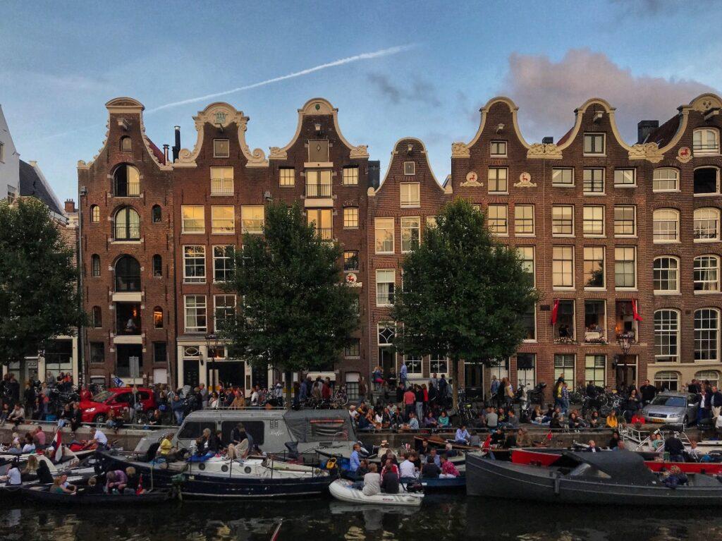Amsterdam op één na beste stad varen boot gracht grachtenpand