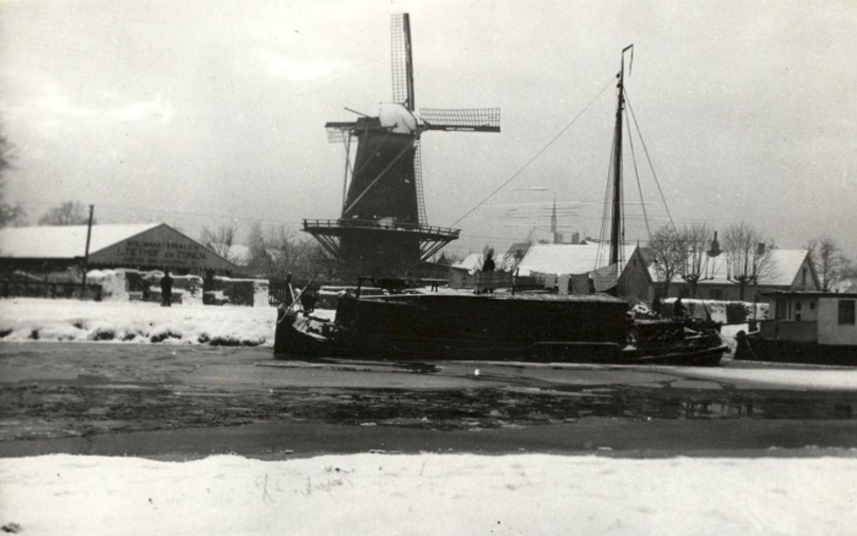 1920. Kanaalgezicht in de winter ter hoogte van de Havenweg. De molen van de firma Vorderman