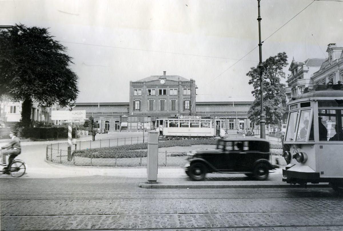 toen in Arnhem stationsplein trams