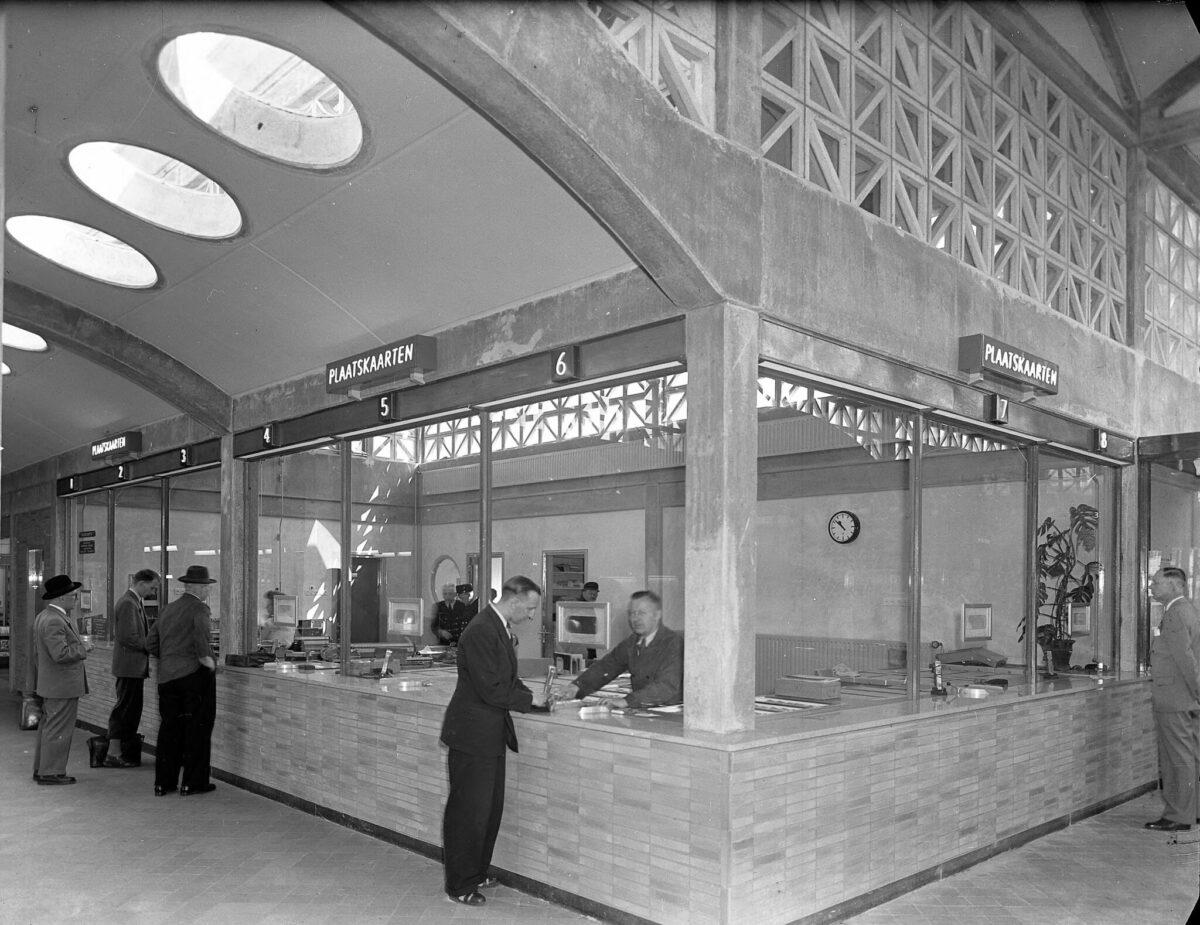 Hier kocht je vroeger een treinkaartje. Foto: Gelders Archief, Fotocollectie voormalig gemeentearchief Arnhem nummer 1501-04 -14537.