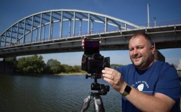 Dave Zuuring bij een van zijn favoriete plekken in Arnhem: de John Frostbrug. Foto: indebuurt Arnhem