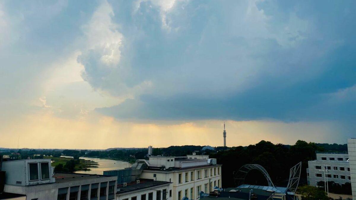Donkere wolken boven Arnhem. Foto: indebuurt Arnhem