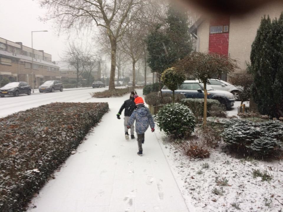 sneeuw kinderen buiten spelen