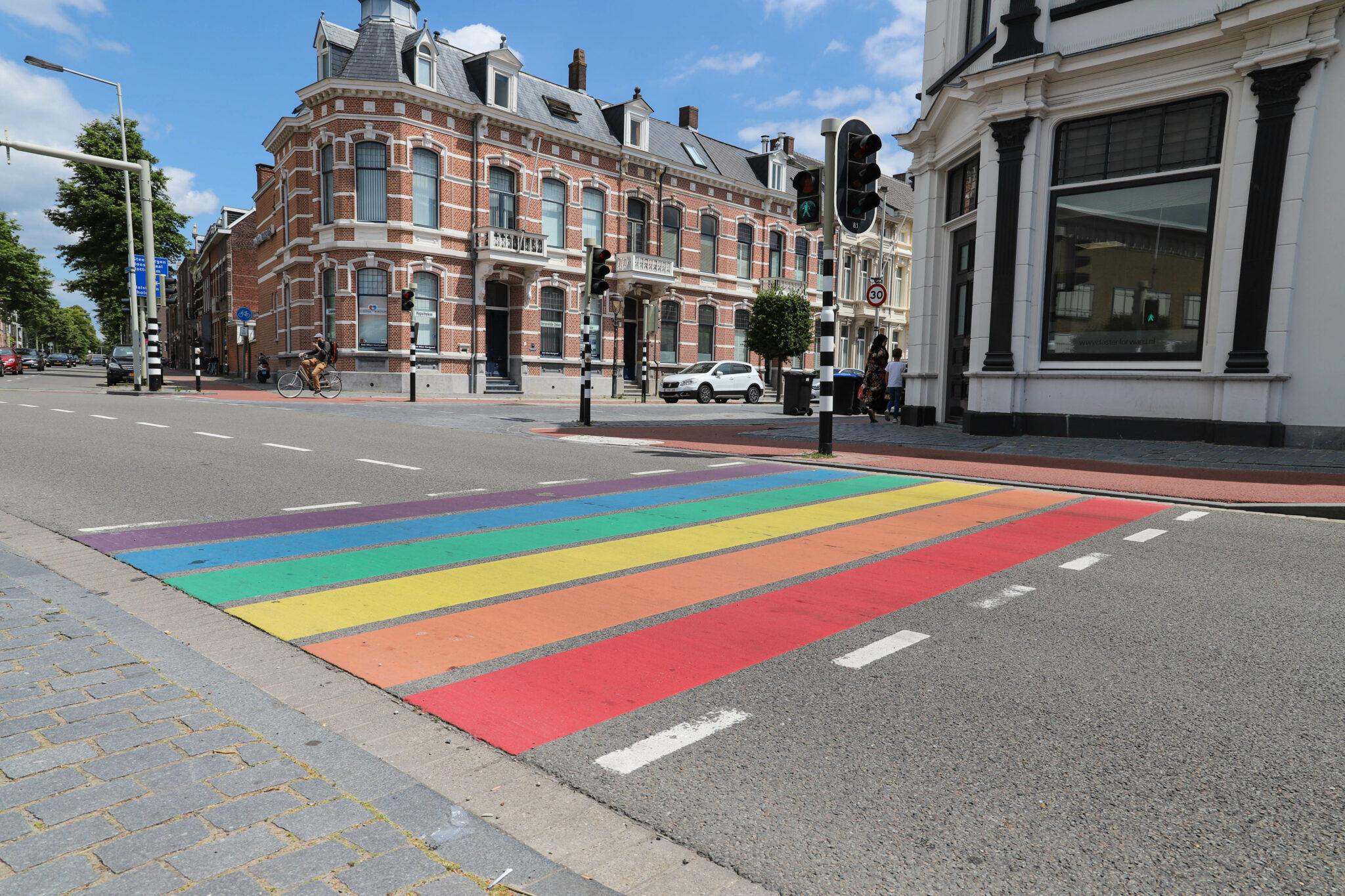 regenboogzebrapad officieel zebrapad 20-jarig jubileum: zoveel procent van de Haarlemse bruiloften is een regenbooghuwelijk bergen op zoom Coming Out Day