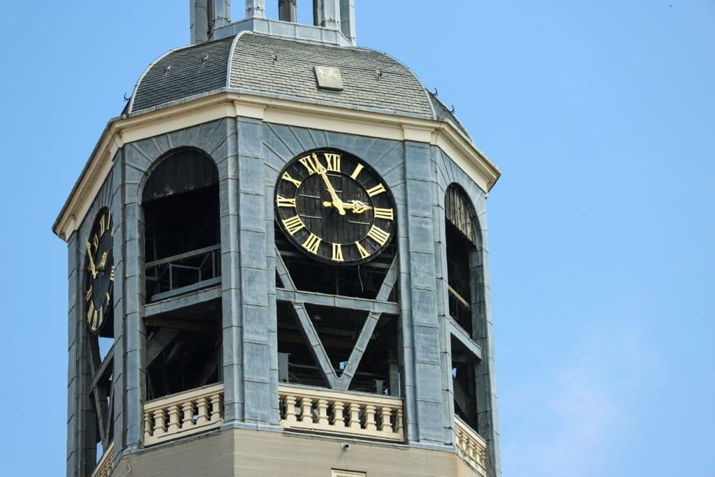 klokken kerktorens peperbus grote markt Wintertijd kerkklokken Bergen op Zoom