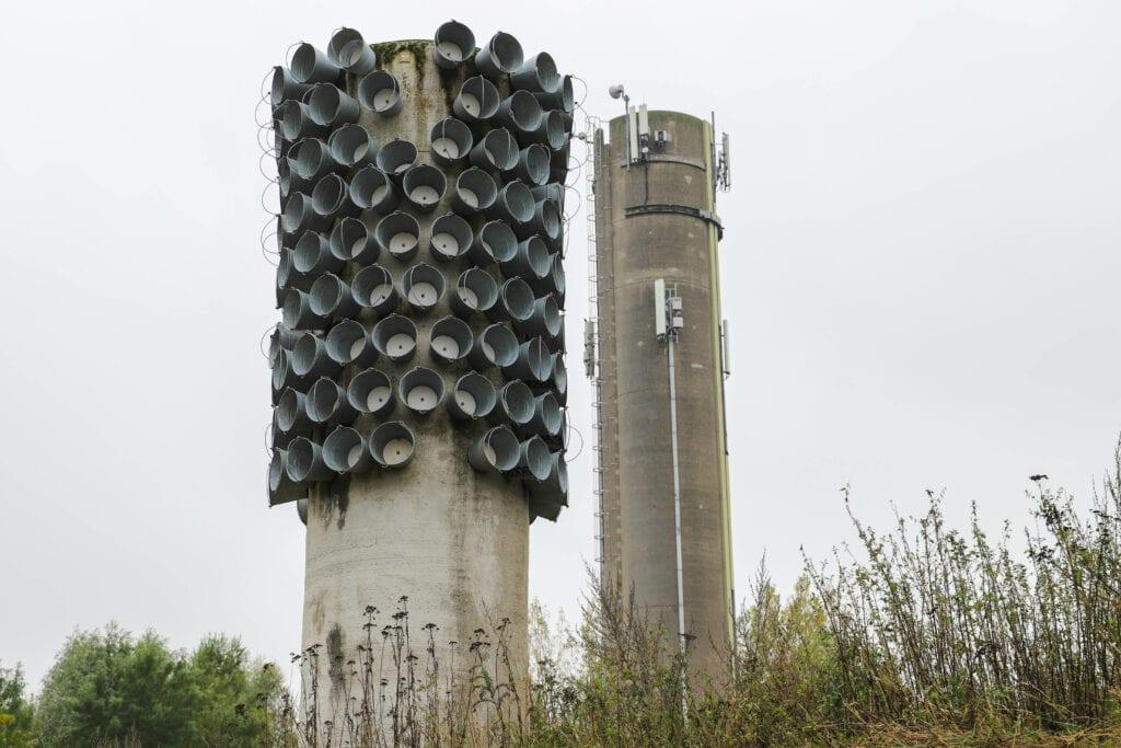 De emmer van Toen toren opgeplakte emmers