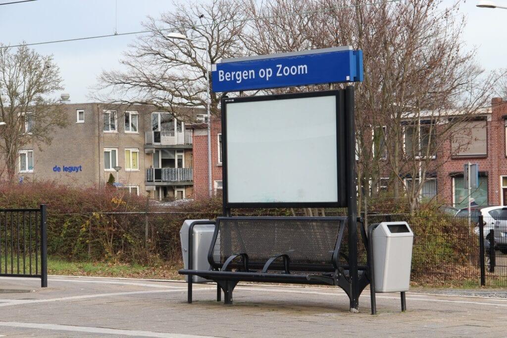 station ns bankje prullenbak nederlandse spoorwegen bergen op zoom reclame perron