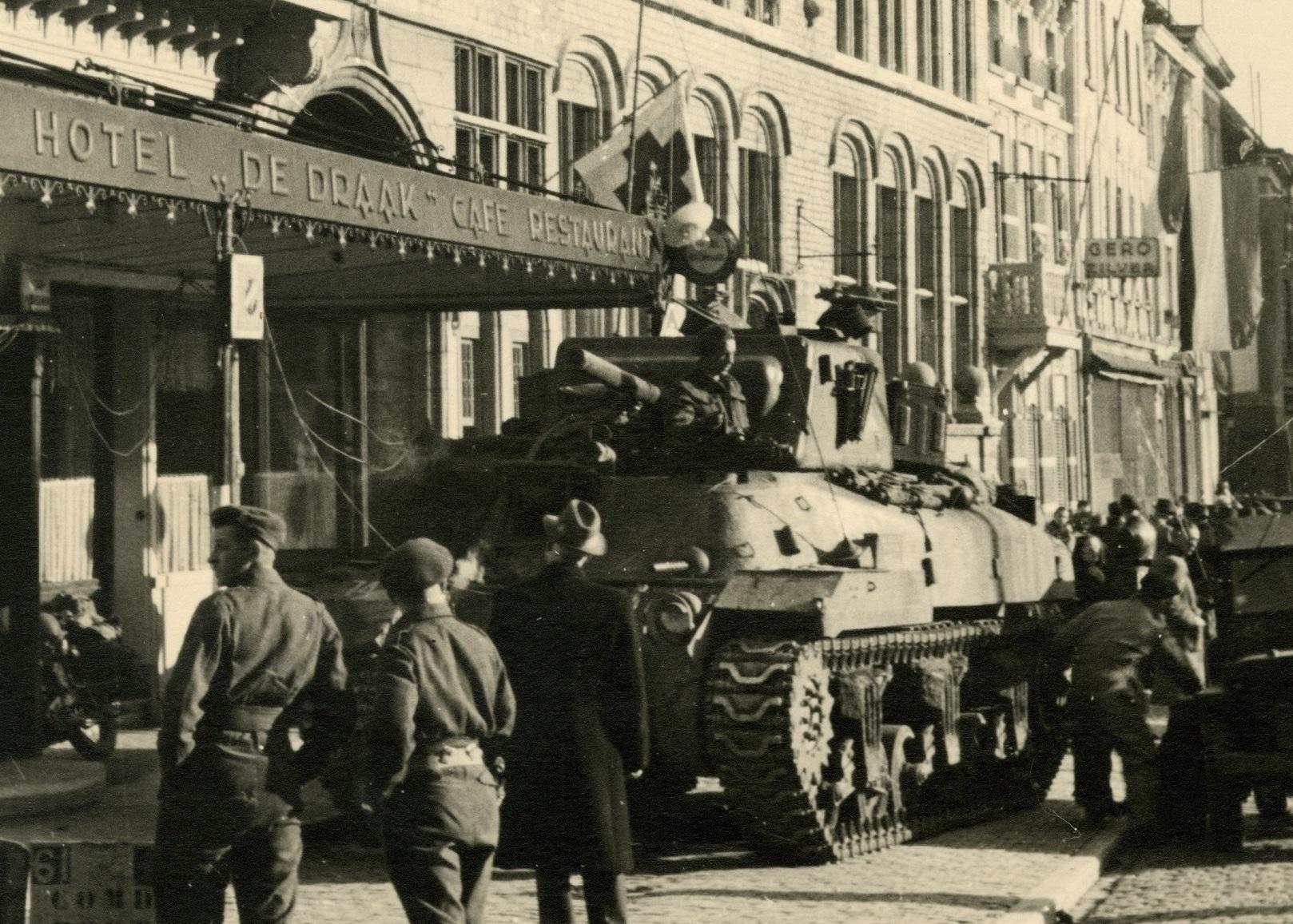 bevrijding tank grote markt stadhuis hotel de draak