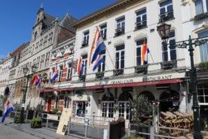nederlandse vlag grote markt stadhuisnederlandse vlag nederland borgondier woningsdag 2020 koningsdag 2020 bergen op zoom