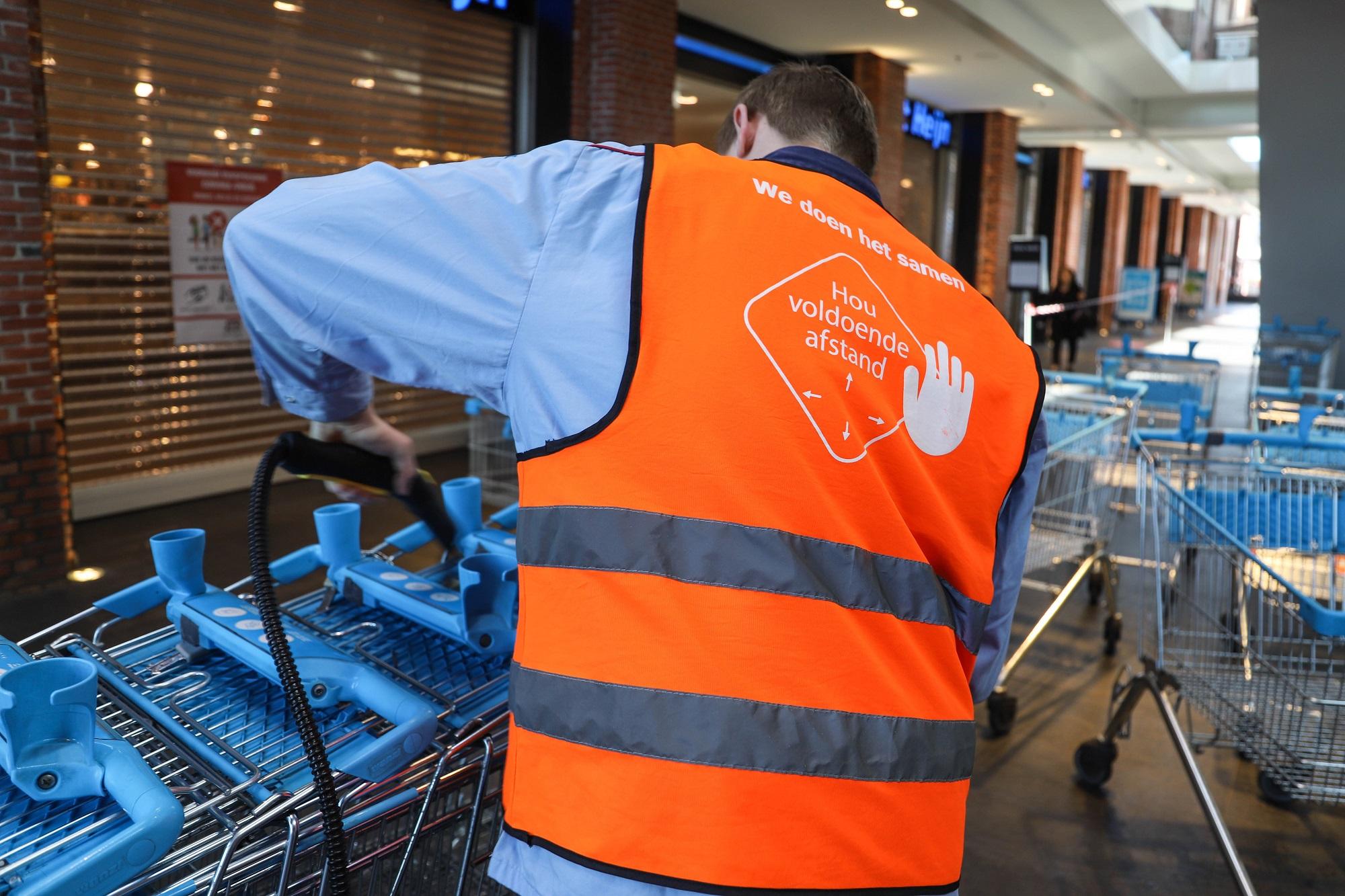 coronavragen corona 1,5 meter afstand geen handen schudden houd afstand albert heijn supermarkt