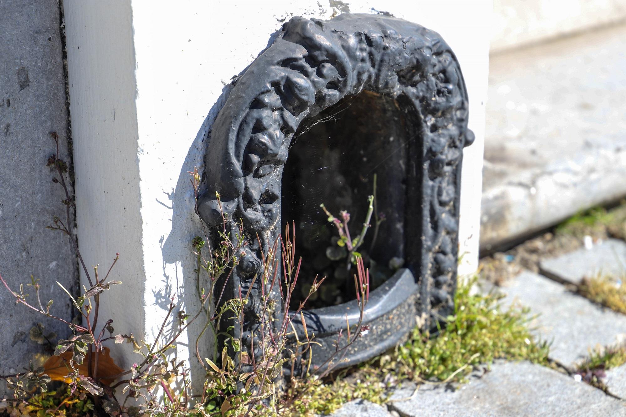 voetschraper schoenschraper inkeping oude huizen inkeping naast voordeur
