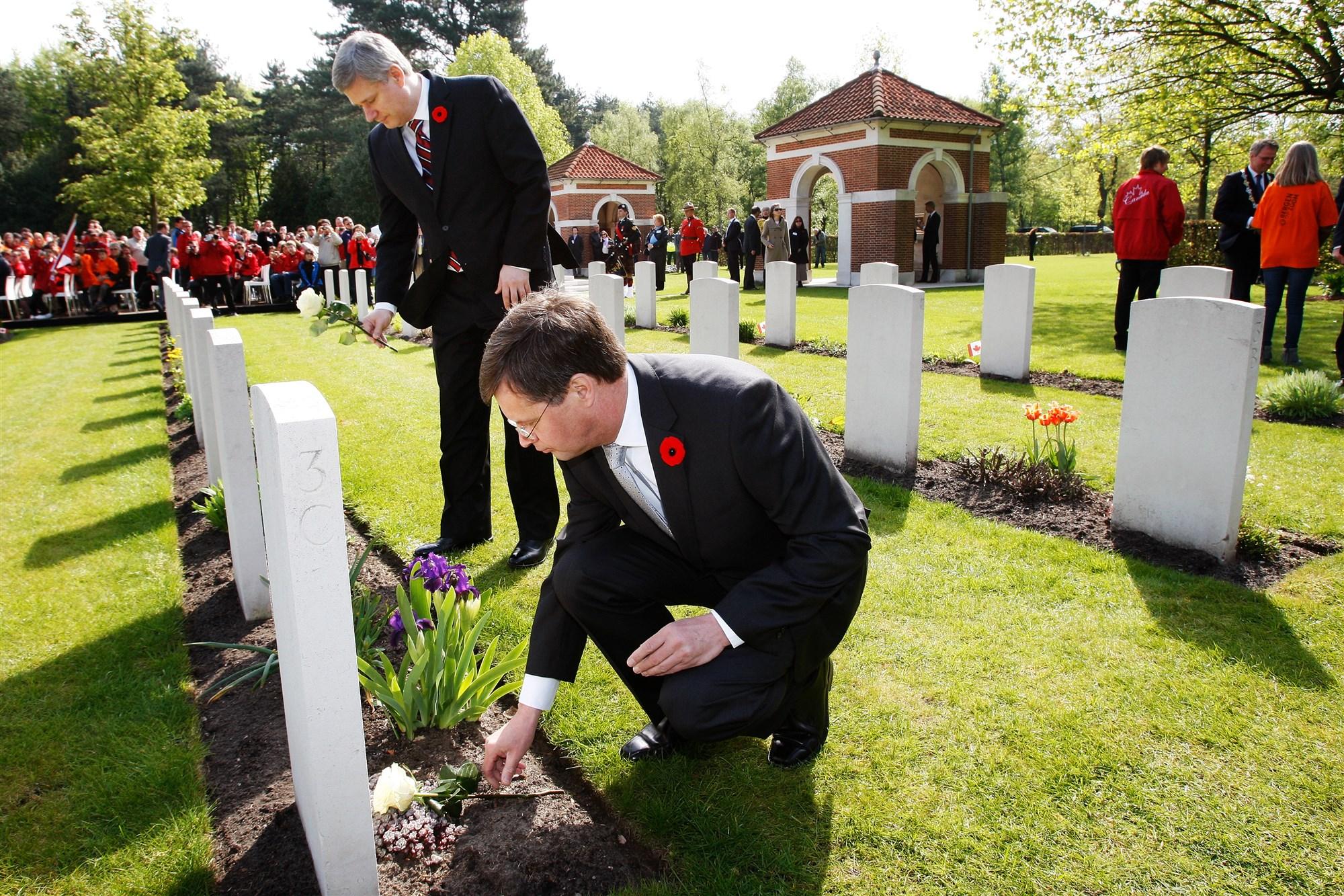 canadese begraafplaats tweede wereldoorlog minister foto's bergen op zoom president jan-peter balkenende
