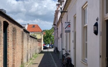 Kijk (en huiver): de actuele huizenprijzen in Bergen op Zoom kleine kerkstraat arbeidershuizen huis huisje te koop bord