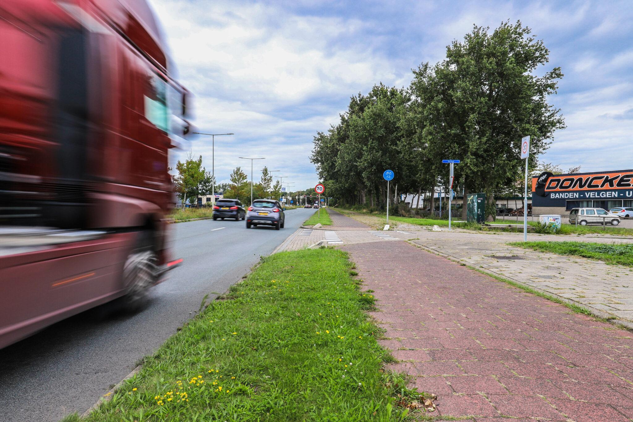 boete bergenaren Wegenbelasting Bergen op Zoom randweg west met karmel industrie industriegebied fietspad fietsers vrachtwagen auto auto's vrachtwagens verkeer weg straat druk