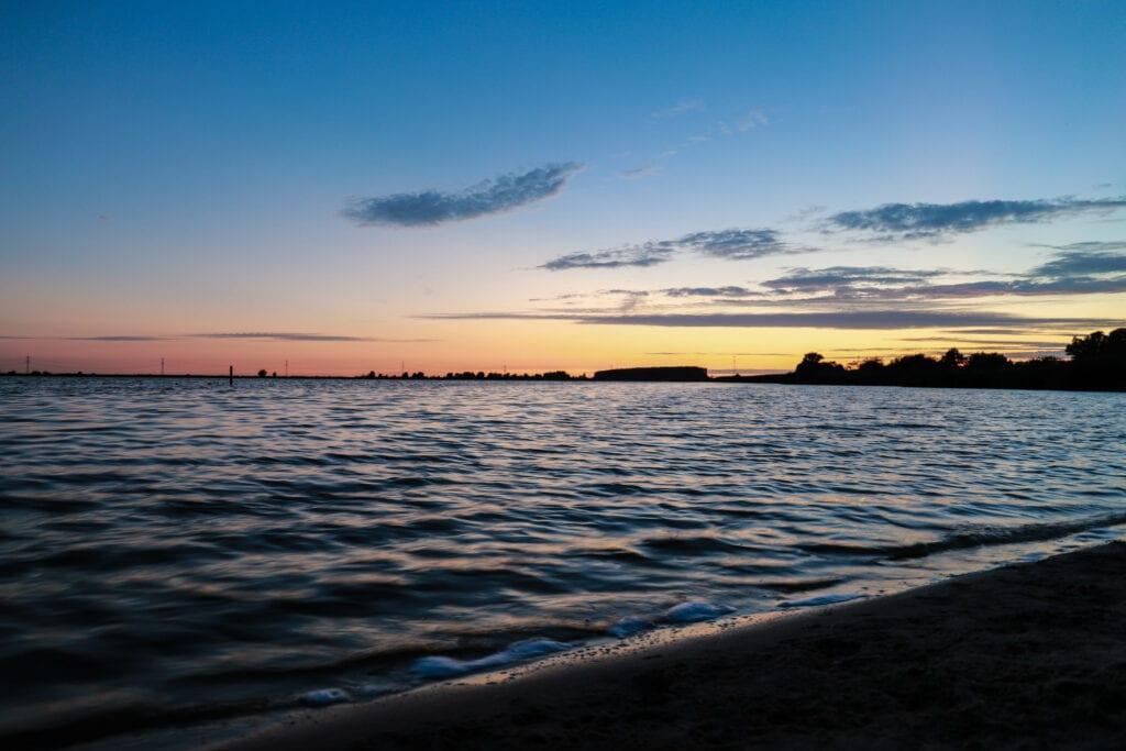 Zonsondergang zon water binnenschelde rode lucht meer