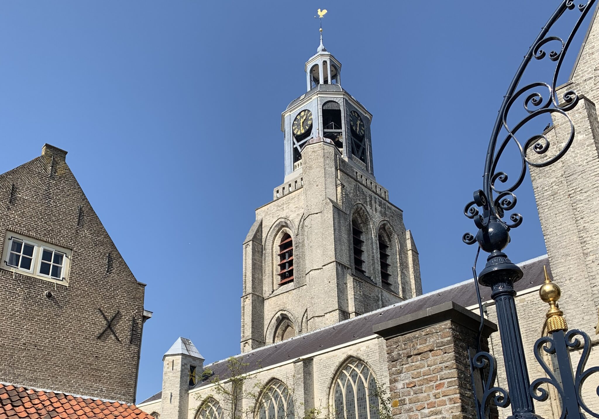 blauwe lucht zonnig zon sint gertrudiskerk peperbus kerk toren klok
