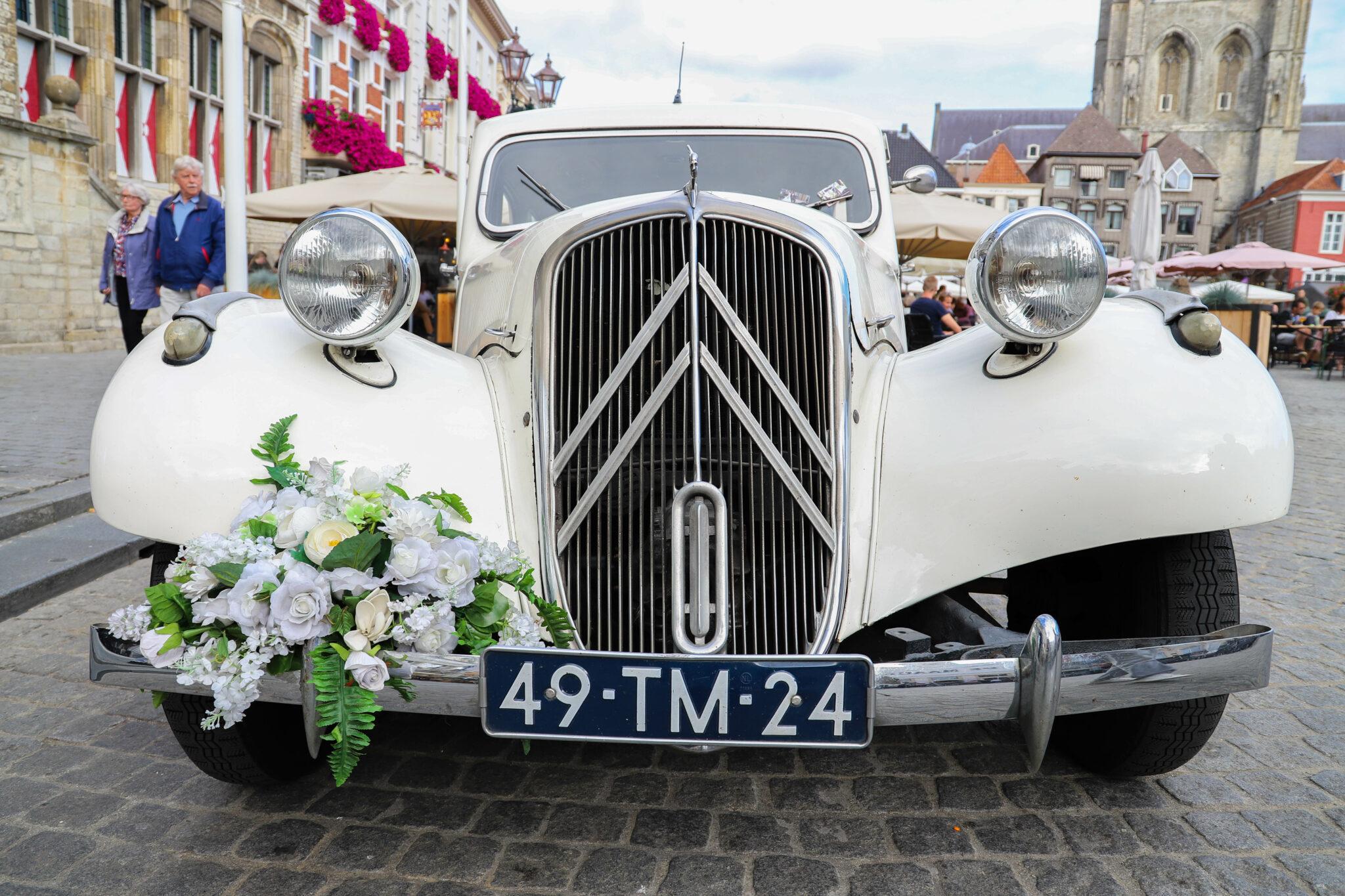 Huwelijk oldtimer auto stadhuis grote markt trouwen