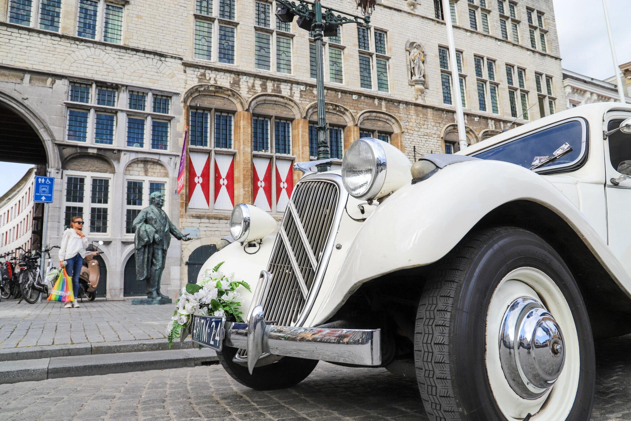 kosten trouwlocaties Bergen op Zoom Huwelijk oldtimer auto stadhuis grote markt trouwen