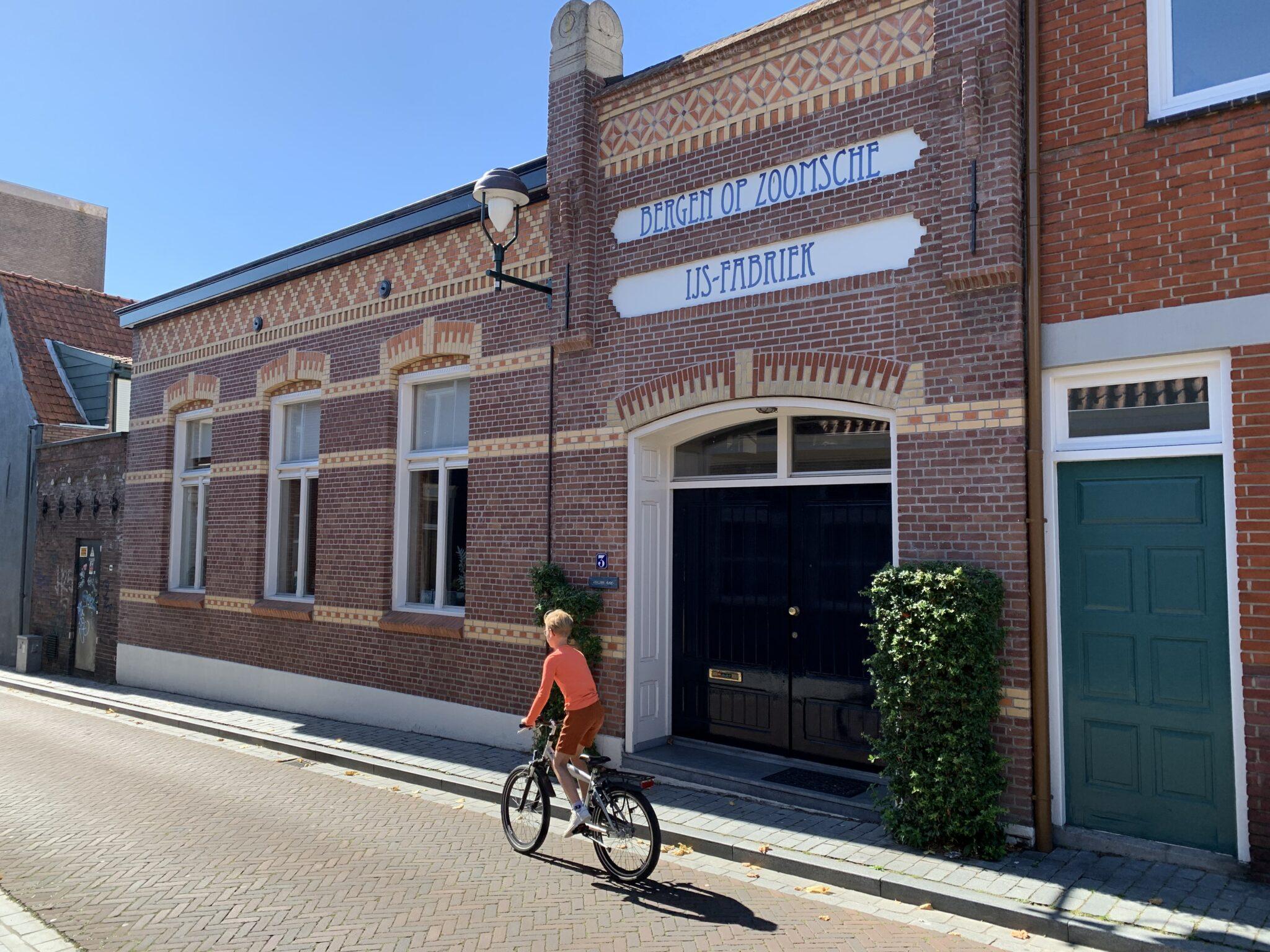 fietsen bergen op zoom bergen op zooms zoomsche ijs-fabriek ijsfabriek ijs minderbroederstraat woonhuis kind fiets fietsen fietsers fietser