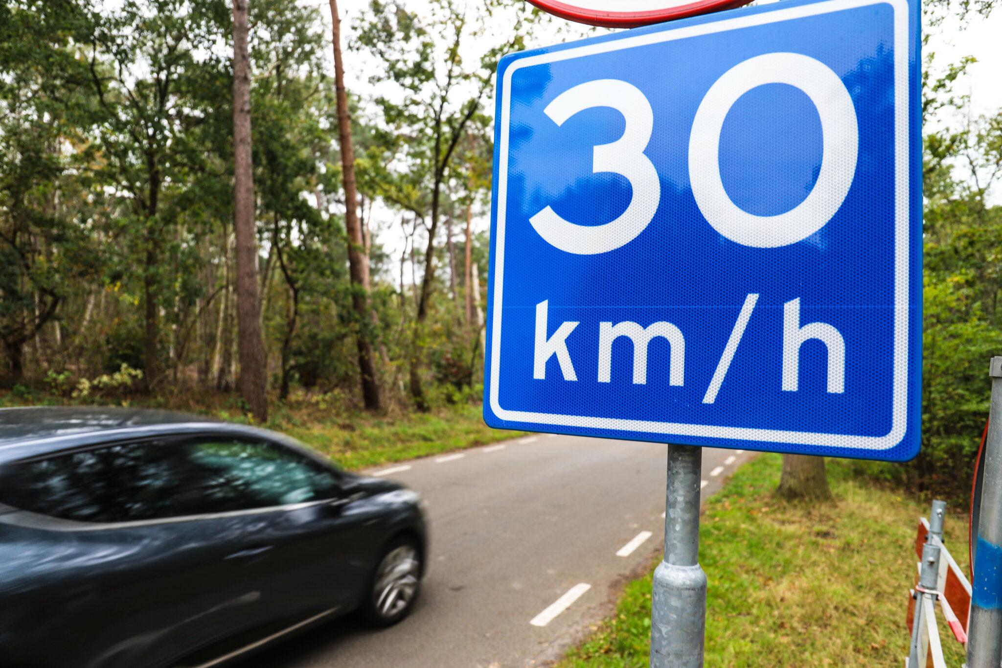 30 km verkeersbord blauw bord auto