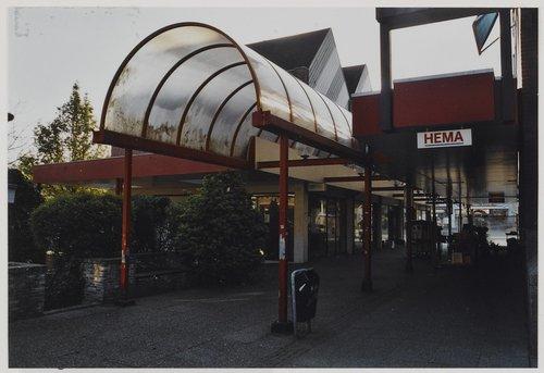 Bergen op Zoom: Sint-Josephplein 1-7; de te slopen Passage, noordgevel van de Hema. Situatie richting oosten.